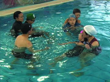 肢体不自由児の水遊び・水泳