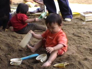 乳幼児期の砂遊び